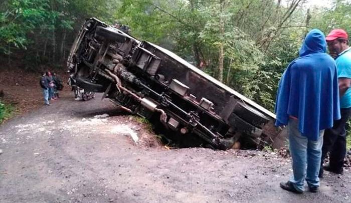 Camión se volcó en la vía a Ragonvalia - La Opinión Cúcuta