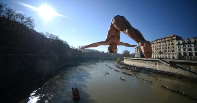 Un tradicional salto al río para celebrar el Año Nuevo en Italia