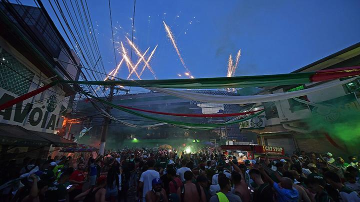 Los fanáticos del equipo de fútbol brasileño Palmeiras celebran después de ganar la final de la Copa Libertadores 2020 contra el Santos