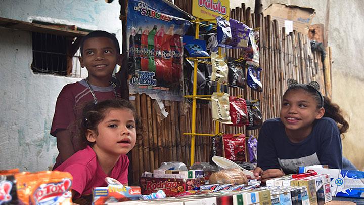 Muchos niños y niñas ayudan a sus padres en ventas informales y estudian en otros horarios.