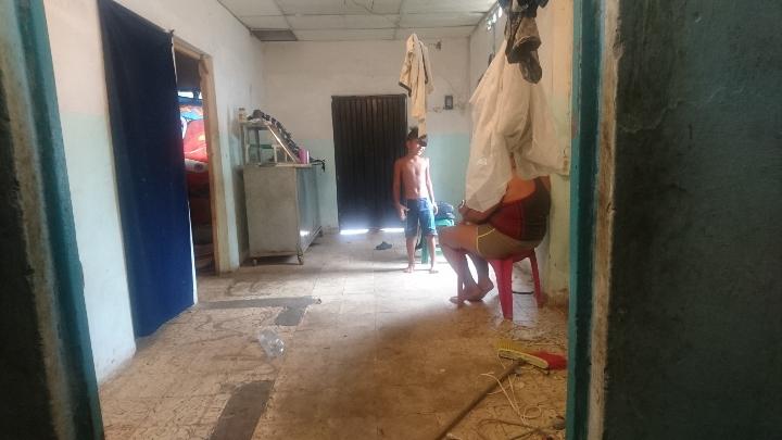 En precarias condiciones viven muchas familias en el barrio.