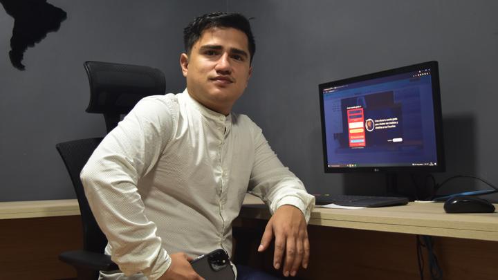 La industria del modelaje webcam ha venido creciendo y está aportando a la economía del municipio alrededor de un 40%, según Reinel Robayo. / Foto: Pablo Castillo